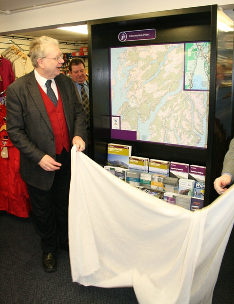 Mike Russell MSP unveils Lochgilphead's new Tourist Information Point